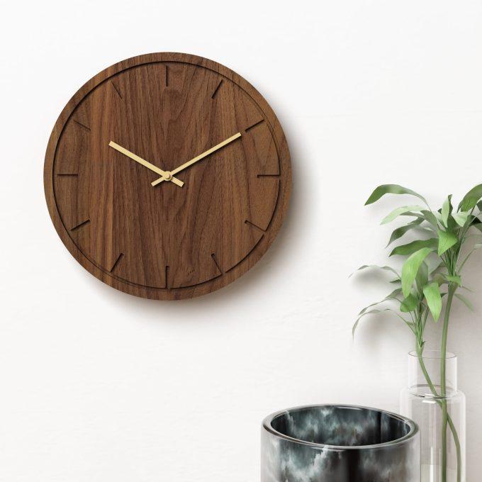 Vægur i valnød med guldvisere - Circle clock