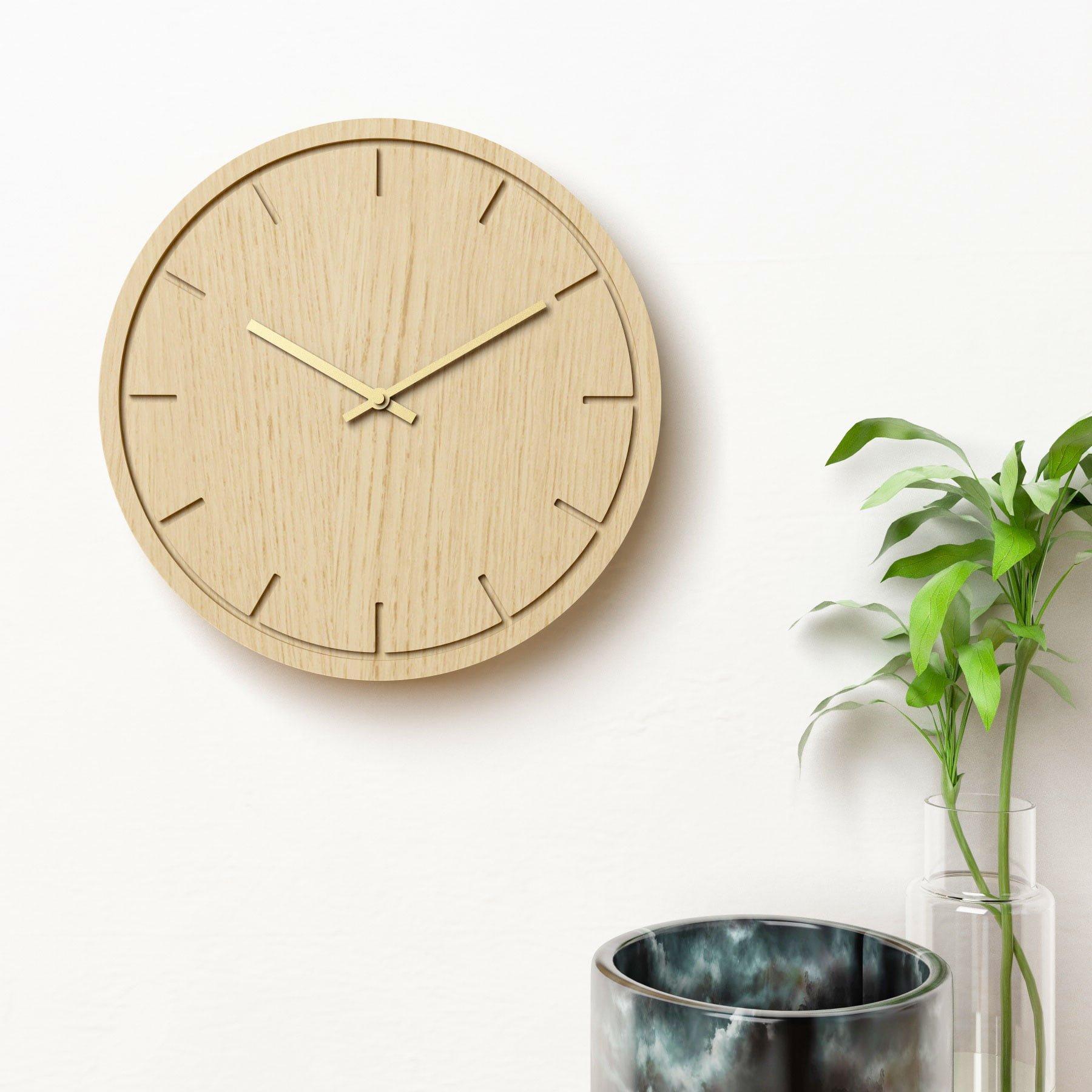 Image of   Vægur i eg med guldvisere - Circle clock