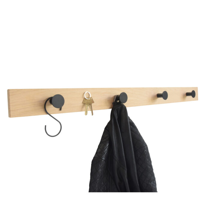 knagerække i eg med sorte knager og jakke hængende